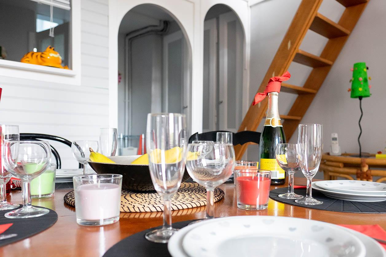 Une salle à manger agréable et douillette